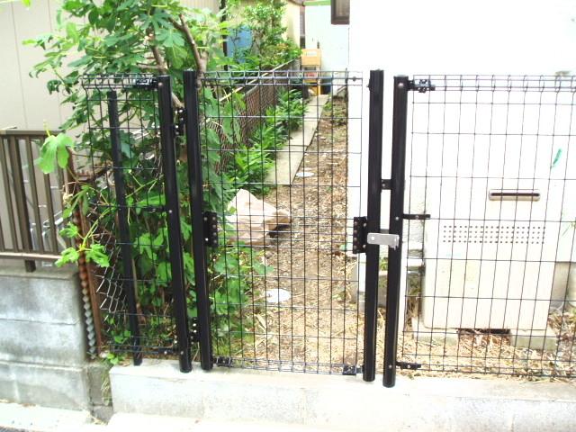 フェンスを加工し、出入口を作成